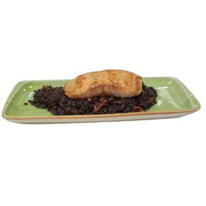 Сьомга върху канапеот черен ориз със сушени домати